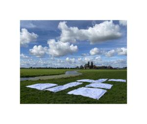 zicht op boerderij met lakens en wolken ©Huub van der Loo